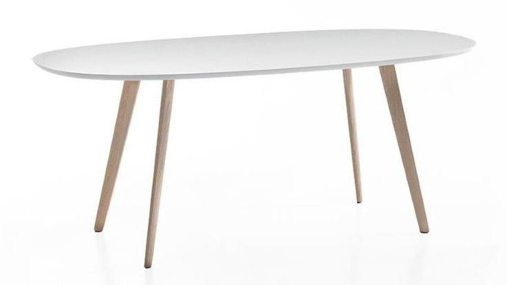 Ovale tafel met houten poten art xx